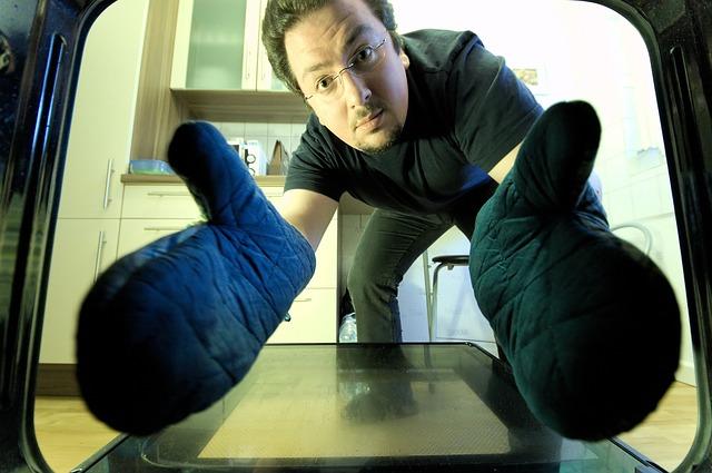 muž, rukavice, pohled z trouby