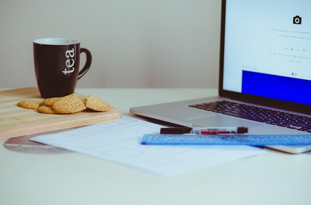 notebook, sušenky, čaj