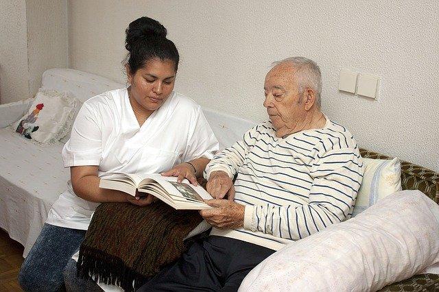 starý muž, ošetřovatelka