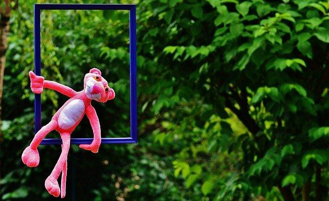 růžový panter na houpačce