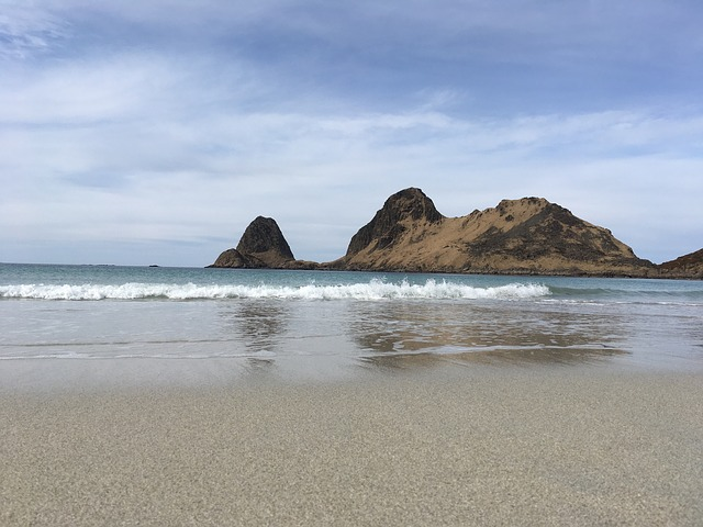 pláž se skálou