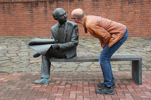 koukání na sochu