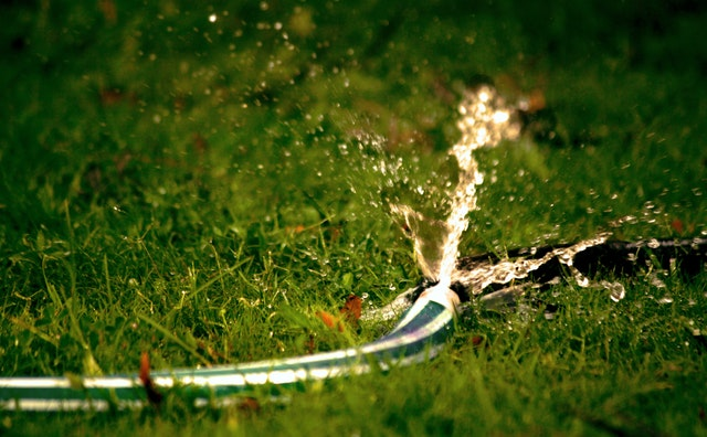 Rozbitá hadice v trávě