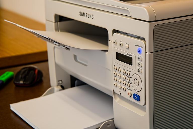 tiskárna s papíry.jpg