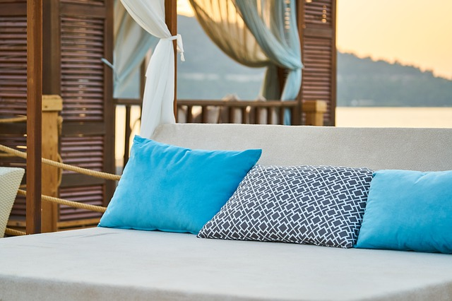 postel s polštářky